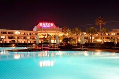 Die Touristen sind im Urlaub im populären Hotel Lizenzfreies Stockbild