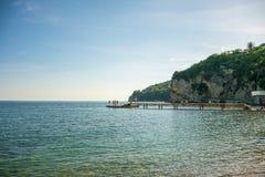 Die Touristen springend in das adriatische Meer vom Pier Lizenzfreie Stockfotografie
