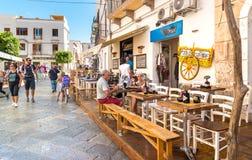Die Touristen, welche im Restaurant die Küstenlinie in der Mitte von Favignana-Insel genießen, ist der drei Aegadian-Inseln das g Stockfotos