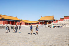 2015: Die Touristen, zum der Verbotenen Stadt zu besichtigen, die Verbotene Stadt ist eine der berühmtesten Touristenattraktionen Lizenzfreie Stockfotografie