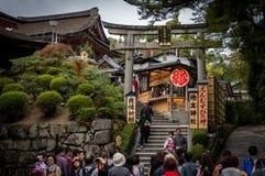 Die Touristen zusammen mit japanischem Volk in Kiyomizu-Tempel in Kyoto Stockbilder