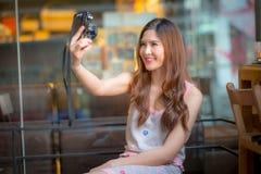 Die touristische Frau der Reise im Urlaub und Fotos vom Th machend Stockbild