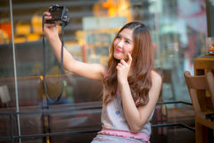 Die touristische Frau der Reise im Urlaub und Fotos vom Th machend Stockfoto