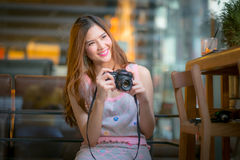 Die touristische Frau der Reise im Urlaub und Fotos vom Th machend Stockfotografie