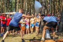 Die touristische Sammlung von jungen Leuten in der Gomel-Region des Republik Belarus Lizenzfreies Stockfoto