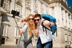 Die touristischen Paare der schönen Freunde, die Spanien in den Feiertagsstudenten besichtigen, tauschen das Machen von selfie Fo Lizenzfreies Stockfoto