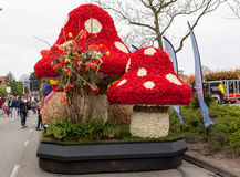 Die traditionelle Blumenparade Bloemencorso von Noordwijk nach Haarlem in den Niederlanden Lizenzfreie Stockfotos