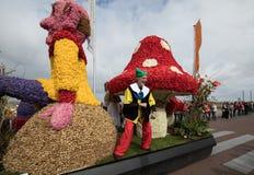 Die traditionelle Blumenparade Bloemencorso von Noordwijk nach Haarlem in den Niederlanden Stockbilder