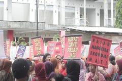 Die traditionelle Demonstration Markt-Händler Soekarno Sukoharjo stockfotos