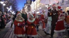 Die traditionelle Parade von Santa Claus bei der Eröffnung der Weihnachtsfeiertage in Helsinki, Finnland stock video
