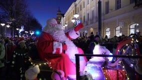 Die traditionelle Parade von Santa Claus bei der Eröffnung der Weihnachtsfeiertage in Helsinki, Finnland stock video footage