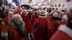 Die traditionelle Parade von Santa Claus bei der Eröffnung der Weihnachtsfeiertage in Helsinki, Finnland stock footage