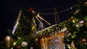Die traditionelle russische Messe des neuen Jahres auf rotem Quadrat, Weihnachtsdekorationen stock video
