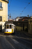 Die traditionelle Tram 28 in der historischen Nachbarschaft von Chiado in Lissabon, Portugal Lizenzfreie Stockfotos