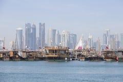 Die traditionellen Boote, die Dhows genannt werden, werden im Hafen nahe Museum von islamischem Art Park verankert Doha, Qatar lizenzfreie stockfotos