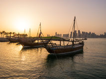 Die traditionellen Boote, die Dhows genannt werden, werden im Hafen verankert Lizenzfreie Stockfotografie