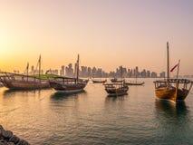 Die traditionellen Boote, die Dhows genannt werden, werden im Hafen verankert Stockfotos