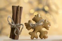 Die traditionellen geschmackvollen tschechischen Lebkuchen, frischer Zimt, die mit Jutefaserseil, Weihnachtsschneeflocken und Gew Lizenzfreie Stockfotos