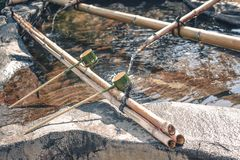 Die traditionellen japanischen zeremoniellen Bambusschöpflöffel, die zu benutzt wurden, waren Hände, bevor sie den Tempel betrate stockbilder
