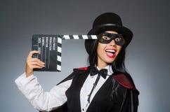 Die tragende Maske der Frau mit Filmbrett Lizenzfreies Stockfoto