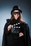 Die tragende Maske der Frau mit Filmbrett Lizenzfreie Stockfotografie