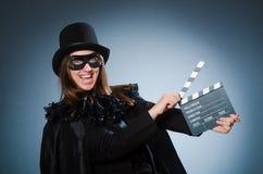 Die tragende Maske der Frau mit Filmbrett Stockbild