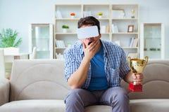 Die tragenden Gläser vr der virtuellen Realität des Mannes, die prize Schalenpreis empfangen Lizenzfreies Stockfoto