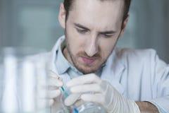 Die tragenden Handschuhe des Mediziners bei der Arbeit lizenzfreie stockfotografie