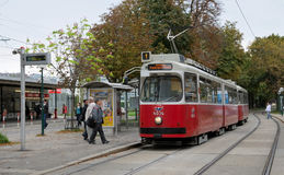 Die Tram an einem Tramhalt in Wien stockfoto