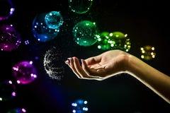 Die transparenten, schillernden Seifenblasen lokalisiert auf Schwarzem stockfotografie