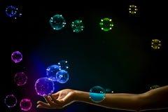 Die transparenten, schillernden Seifenblasen lokalisiert auf Schwarzem lizenzfreies stockfoto