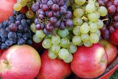 Die Traube und die roten Äpfel Lizenzfreie Stockfotos