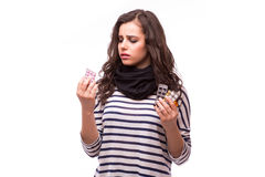 Die traurige junge Frau, die Grippe hat, nimmt Pillen ein Lizenzfreie Stockbilder