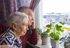 Die traurigen älteren Paare lizenzfreies stockbild