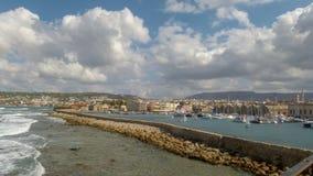 Die Trennungswand dehnt entlang das Meer vom Leuchtturm aus und schützt Chania stockfoto