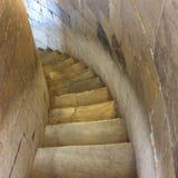 Die Treppe hinunter gehen Stockfotos