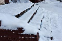 Die Treppe wird mit Schnee bedeckt krawatte Das Problem der Schneeräumung in die Stadt Nicht gesäubert lizenzfreies stockfoto