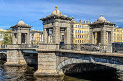 Die Türme von Lomonosov-Brücke über dem Fontanka-Fluss Stockbilder