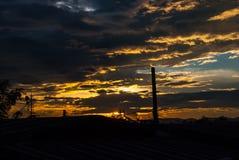 Die tropische Sonne des Morgens gesehen hinter den Wolken Stockfoto