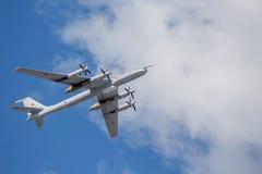 Die Tu-142 Yuri Malinin U-Boot-Abwehrflugzeuge auf Wiederholung der Marineparade am Tag der russischen Flotte in St Petersburg stockbild