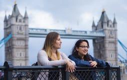 Die Turm-Brücke London mit zwei Mädchen auf einem Sightseeing-Tour Lizenzfreies Stockbild