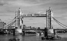 Die Turm-Brücke Schwarzweiss lizenzfreies stockbild