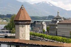 Die Turm folgende Kapellen-Brücke in der Luzerne Stockfoto