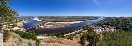 Die typische alluviale flache Landschaft Leziria von der Ribatejo-Region mit der Brücke Dom Luiss I, die den Tajo kreuzt Lizenzfreies Stockfoto