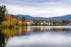 Die Ufer von Mirror See im Lake Placid, NY, auf bewölkten Autumn Day Lizenzfreies Stockbild