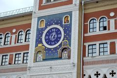 Die Uhr auf dem Gebäude der nationalen Kunstgalerie im Yoshkar-Ola Lizenzfreie Stockfotos
