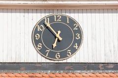 Die Uhr auf dem Hauptturm der alten Sarepta-Museums-Reserve, Wolgograd Lizenzfreies Stockfoto