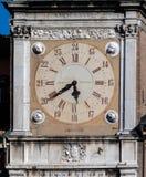 Die Uhr auf dem Torre-dell'Orologio Stockbilder