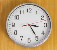 Die Uhr auf der Wand Stockbild