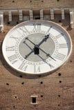 Die Uhr auf Fassade des Glockenturms in Verona stockfotografie